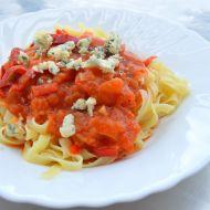Těstoviny s rajčatovou omáčkou a modrým sýrem recept
