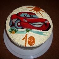 Dětský piškotový dort s autíčkem z mléčné hmoty recept