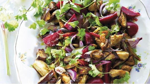 Sladko-pikantní salát s opečeným lilkem a červenou řepou | Prima ...