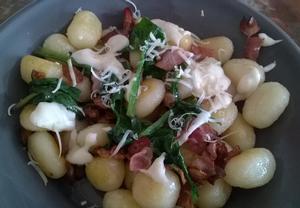 Gnocchi se slaninou, špenátem a sýrovou omáčkou