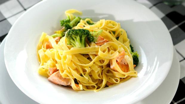 Tagliatelle s brokolicí a kousky lososa