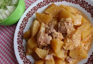 Smetanové maso na paprice s bramborem  pečené