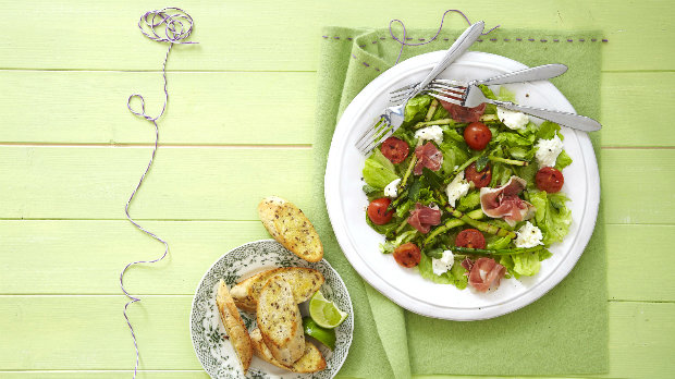 Salát s grilovaným chřestem, mozzarellou a pršutem