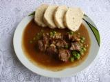 Hovězí guláš s okurkou a hráškem recept