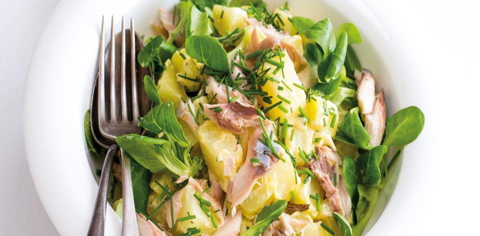 Salát z brambor s uzenou makrelou