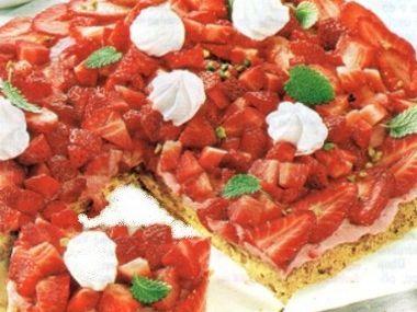 Špaldový mrkvový koláč s jahodami