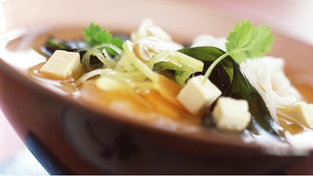 Polévka miso se skleněnými nudlemi a tofu