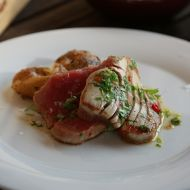 Grilovaný tuňák s česnekovými bramborami recept