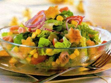 Sváteční salát s olivami a šunkou