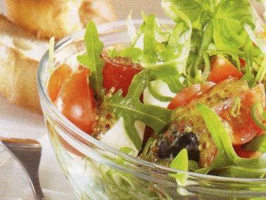 Rajčatový salát s černými olivami