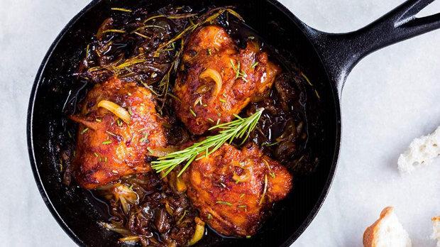 Kuře s karamelizovanou cibulí a rozmarýnem