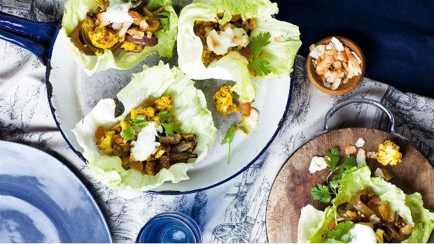 Pikantní pečený květák v salátovém lůžku