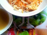 Zelný salát s mrkví a medovou zálivkou recept