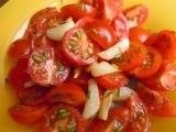 Rajčatový salát s teplým česnekem recept