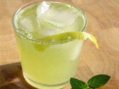 Osvěžující limonáda s čerstvou mátou