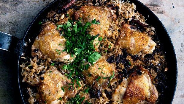 Kuře s karamelizovanou cibulí a kardamomovou rýží