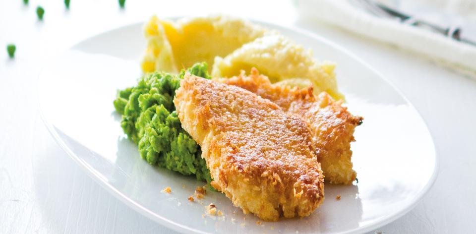 Obalované rybí filé s kaší a hráškem