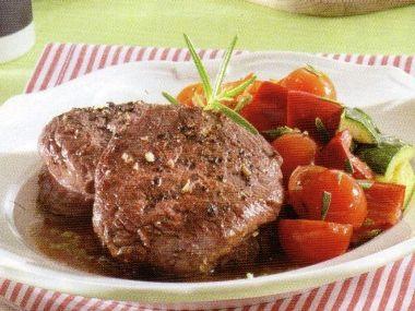 Telecí biftečky s restovanou zeleninou