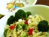 Těstoviny s brokolicí a krabími tyčkami recept