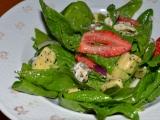Špenátový salát s jahodami, avokádem a makovým dresinkem ...