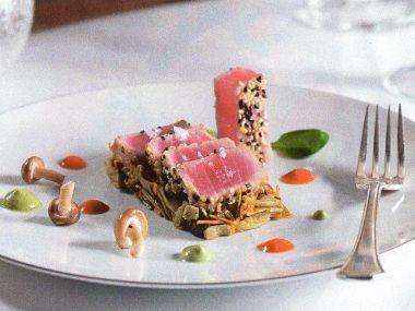 Tataki z tuňáka v sezamové krustě s houbovým salátem