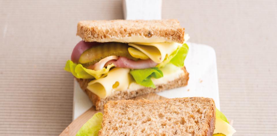 Celozrnný sendvič se šunkou a sýrem
