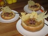 Polévka v chlebových talířcích se sýrovou krajkou a slaninkou recept ...