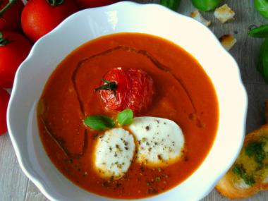 Tomatová polévka s mozzarellou