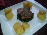 Jehněčí T-bone steak, na špenátovém lůžku s česnekem a ...