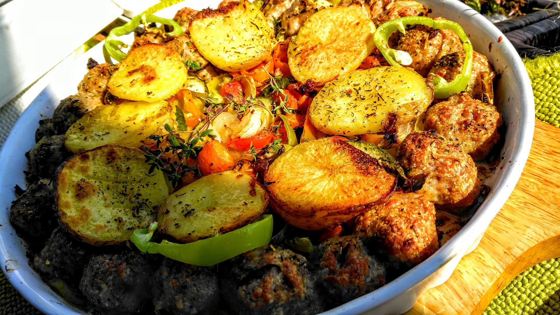 Kuřecí kuličky na zelenině, zapečené s plátky brambor recept ...