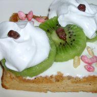 Jemné oříškové vafle s plátky kiwi recept