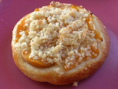 Kynuté koláče uvnitř tvaroh, nahoře meruňky