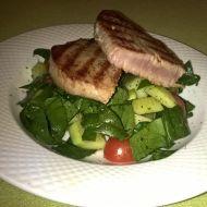 Steak z tuňáka se zeleninovým salátem recept