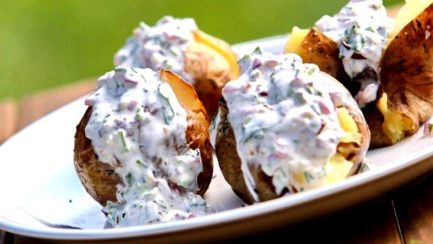 VIDEO: Pečené brambory s bílým jogurtem