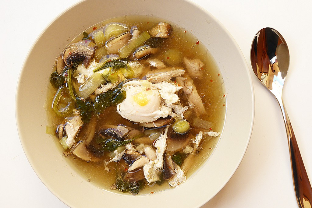 Kuřecí polévka se zastřeným vejcem recept