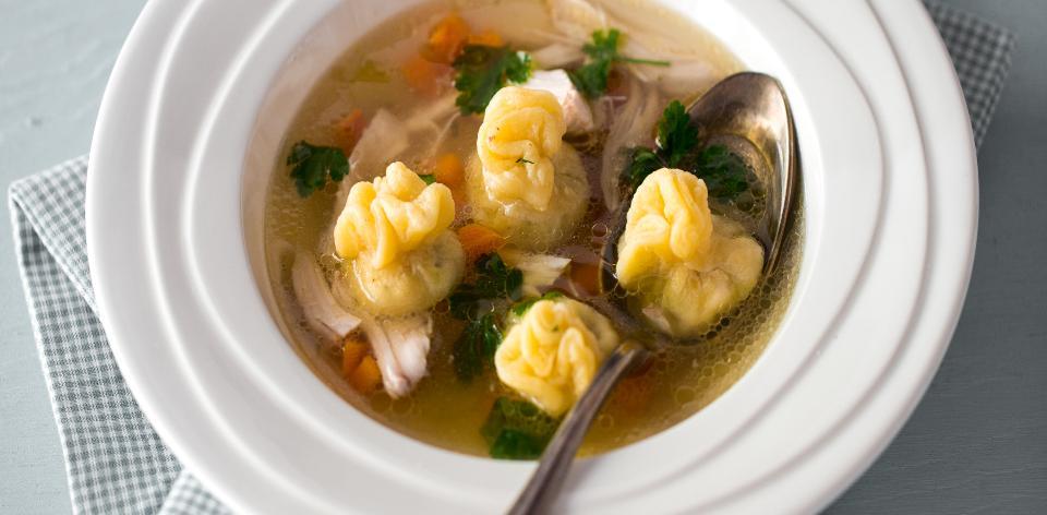 Kuřecí polévka s knedlíčky kreplach