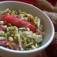 Klíčkový salát z krabích tyčinek recept