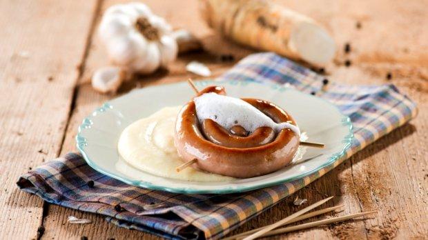Vinná klobása s křenovou bramborovou kaší a pěnou z pečeného ...