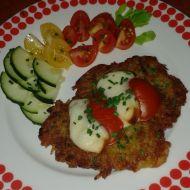 Křupavé placičky s rajčaty a sýrem recept