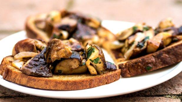 Restované hříbky s bylinkami a česnekem na topince