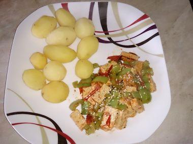 Marinované tofu a rajčaty a paprikou