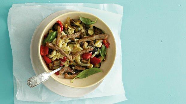 Těstovinová rýže s hovězími proužky a zeleninou