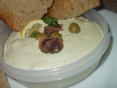 Pomazánka ze sardelek, oliv a tvarohu