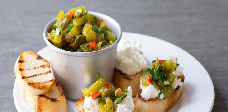 Jednohubky s paprikovou salsou a tvarohem