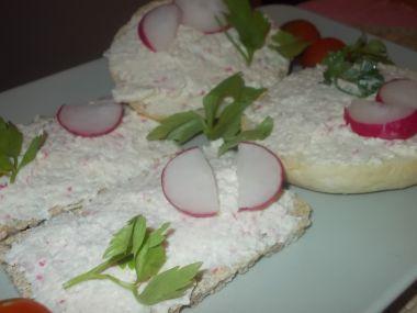 Surimi pomazánka s ředkvičkami, sýrem, celerem a mrkví