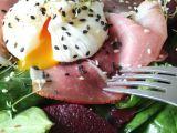 Špenátový salát se zastřeným vejcem na schwarzwaldské šunce ...