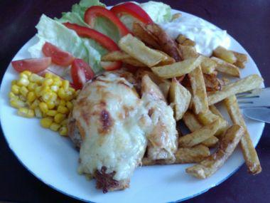 Kuřecí maso zapečené s broskví a sýrem, domácí hranolky