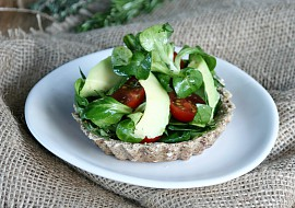Celozrnné košíčky s bylinkovým salátem recept