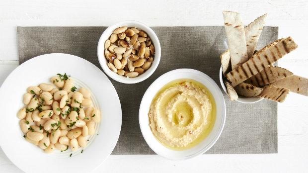 Mezze – salát z máslových fazolí, pražené mandle a hummus s pitou ...