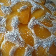 Rychlý koláč s broskvovým kompotem recept